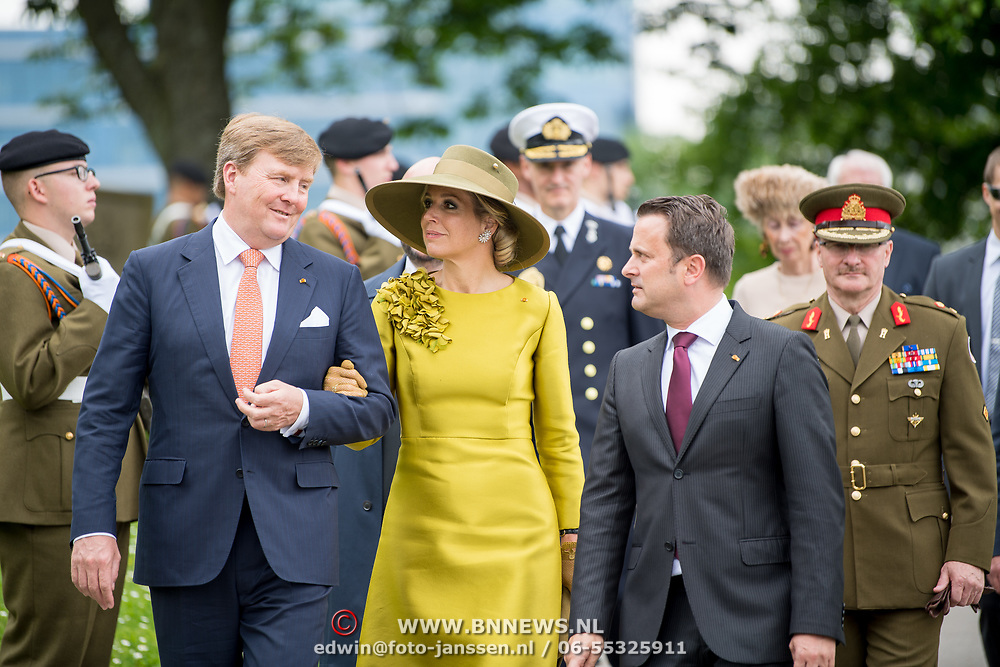 LUX/Luxembug/20180523 - Staatbezoek Luxemburg 2018 dag 1, aankomst kranslegging Willem-Alexander en Maxima, begroeting minister president X. Bettel