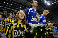 Onderwerp/Subject: Vitesse - Willem II      Eredivisie<br /> Reklame: <br /> Club/Team/Country: Vitesse - Willem II<br /> Seizoen/Season: 2009/2010<br /> FOTO/PHOTO: Vitesse's goalkeeper Piet VELDHUIZEN enters the pitch (Photo by PICS UNITED/Aaron van Zandvoort)<br /> <br /> Trefwoorden/Keywords: <br />  $28 &plusmn;1261427875599<br /> Photo- &amp; Copyrights &copy; PICS UNITED<br /> P.O. Box 7164 - 5605 BE  EINDHOVEN (THE NETHERLANDS)<br /> Phone +31 (0)40 296 28 00<br /> Fax +31 (0) 40 248 47 43<br /> http://www.pics-united.com<br /> e-mail : sales@pics-united.com (If you would like to raise any issues regarding any aspects of products / service of PICS UNITED) or<br /> e-mail : sales@pics-united.com <br /> <br /> ATTENTIE:<br /> Publicatie ook bij aanbieding door derden is slechts toegestaan na verkregen toestemming van Pics United.<br /> VOLLEDIGE NAAMSVERMELDING IS VERPLICHT! (&copy; PICS UNITED/Naam Fotograaf, zie veld 4 van de bestandsinfo 'credits')<br /> ATTENTION: <br /> &copy; Pics United. Reproduction/publication of this photo by any parties is only permitted after authorisation is sought and obtained from  PICS UNITED- THE NETHERLANDS