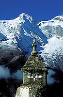 Nepal. Region du Khumbu. Zone de l'Everest. Chorten ou stupa bouddhiste. Chaine de montagne du Thamserku (6608m). // Nepal. Khumbu region, Everest area, chorten or stupa (buddhiste monument) with Thamserku mountain (6608m).