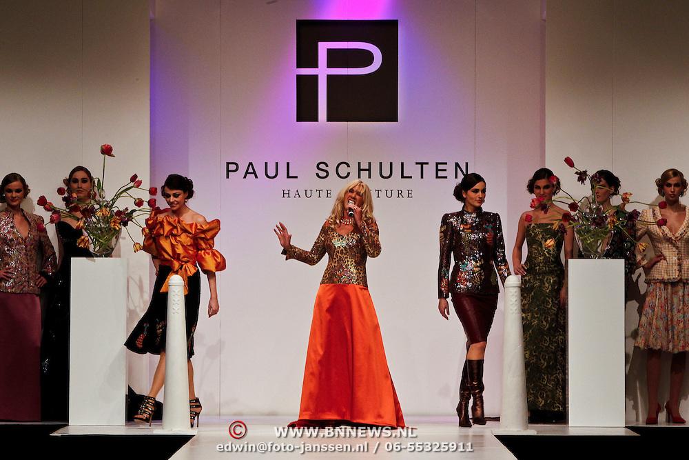 NLD/Amsterdam/20100228 - Modeshow Paul Schulten zomer 2010, optreden Sjoukje Smit