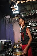 Archina, 11 år, i köket i ett slumoråde, Bombay, Indien