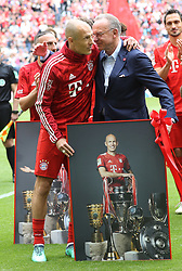 18.05.2019, Allianz Arena, Muenchen, GER, 1. FBL, FC Bayern Muenchen vs Eintracht Frankfurt, 34. Runde, Meisterfeier nach Spielende, im Bild Karl-Heinz Rummenigge verabschiedet Arjen Robben // during the celebration after winning the championship of German Bundesliga season 2018/2019. Allianz Arena in Munich, Germany on 2019/05/18. EXPA Pictures © 2019, PhotoCredit: EXPA/ SM<br /> <br /> *****ATTENTION - OUT of GER*****