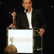 NLD/Bussum/20051212 - Uitreiking Gouden Beelden 2005, Peter Römer reikt beeld uit voor Drama