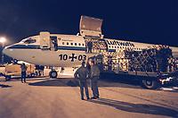 07.04.1999, Makedonien/Skopje:<br /> Hilfsgüter werden aus einer Boing 707 der Bundesluftwaffe entladen, Flughafen Skopje, Mazedonien <br /> IMAGE: 19990407-01/06-36<br /> KEYWORDS: Luftwaffe, german army, Macedonia, plane