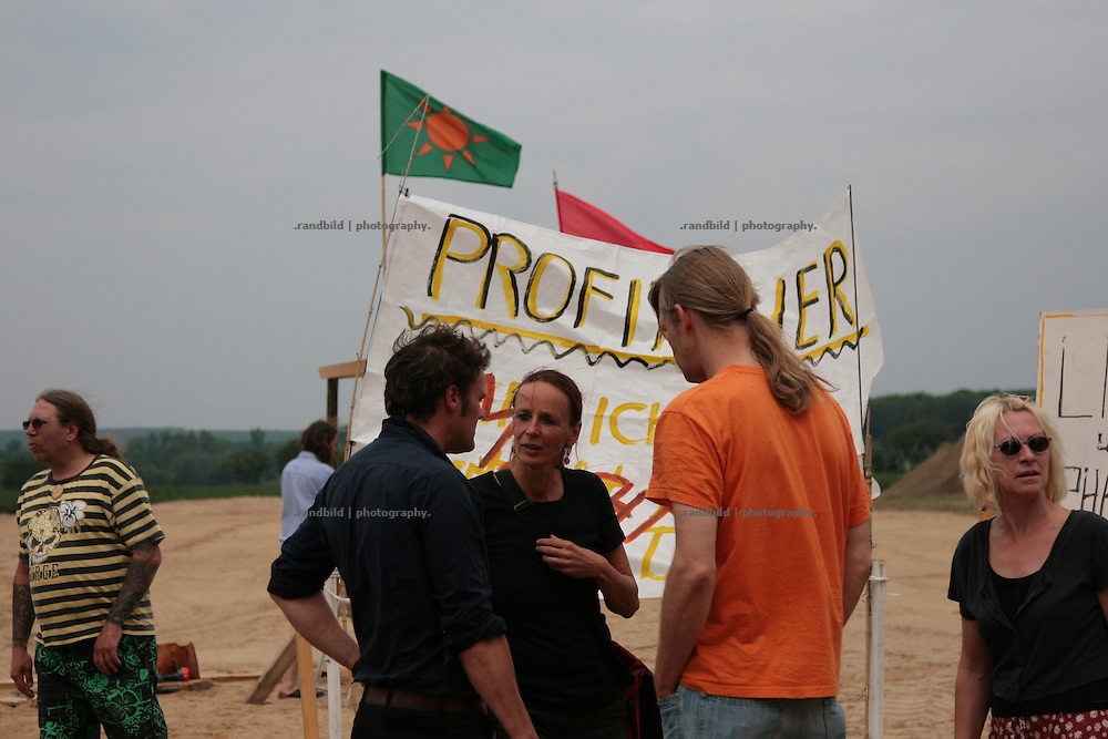 A dozen activists occupied a construction site for an agro hall proposed to fatten some 40.000 chicken near Schnega (lower-saxony). The hall is disputed in the neighbouring villages. the people blame the farmer to torment chicken by this way to fatten animals. And emissions are supposed to get realeased unfiltered.