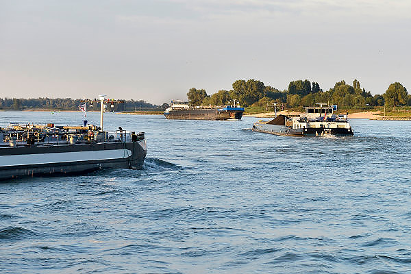 Nederland, Nijmegen, 11-9-2014 Binnenvaartschepen, varen over de Waal bij Nijmegen. Foto: Flip Franssen/Hollandse Hoogte