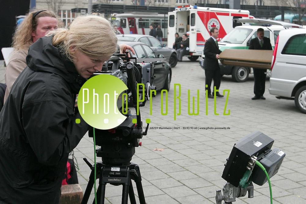 Mannheim. Dreharbeiten am Hauptbahnhof. Spannung im Quadrat: Mannheim wird zum Drehort f&uuml;r einen Mystery-Krimi<br /> &bdquo;Without a trace&quot; trifft &bdquo;Adelheid und ihre M&ouml;rder&quot; so beschreibt der Producer Alexander Dieckmann, Student der Filmakademie Baden-W&uuml;rttemberg in Ludwigsburg, selbst sein Werk, das jetzt in Mannheim realisiert wird. &bdquo;Rebus&quot; lautet der Titel eines Hochschulprojektes, das, wenn ein Fernsehsender daran Interesse findet, vielleicht einmal zur Krimiserie werden k&ouml;nnte. Unter dem Titel &bdquo;Familienjustiz&quot; wird vom 24. bis zum 28. November in Mannheim eine Probefolge abgedreht. Das Stadtmarketing Mannheim unterst&uuml;tzt dieses Projekt, leistet auch Hilfe bei der Suche nach Drehorten und setzt sich als &bdquo;Vermittlungsagentur&quot; f&uuml;r das Team ein.<br /> <br /> Bild: Markus Pro&szlig;witz<br /> ++++ Archivbilder und weitere Motive finden Sie auch in unserem OnlineArchiv. www.masterpress.org ++++