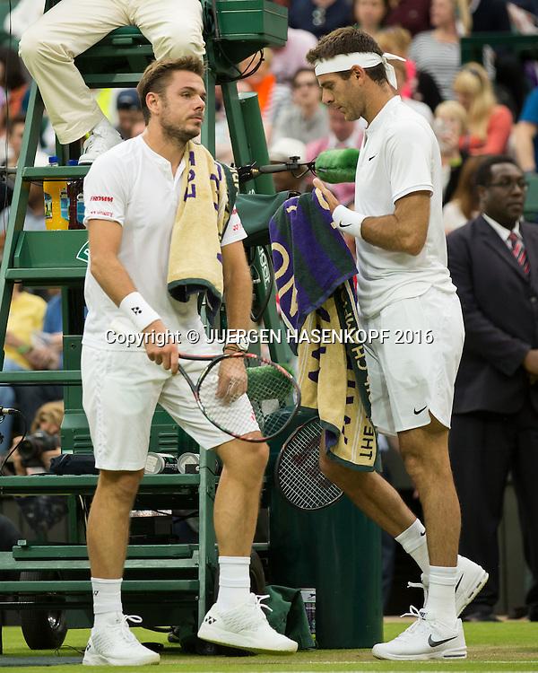 Stan Wawrinka (SUI) und Juan Martin Del Potro begegnen sich beim Seitenwechsel.<br /> <br /> Tennis - Wimbledon 2016 - Grand Slam ITF / ATP / WTA -  AELTC - London -  - Great Britain  - 1 July 2016.