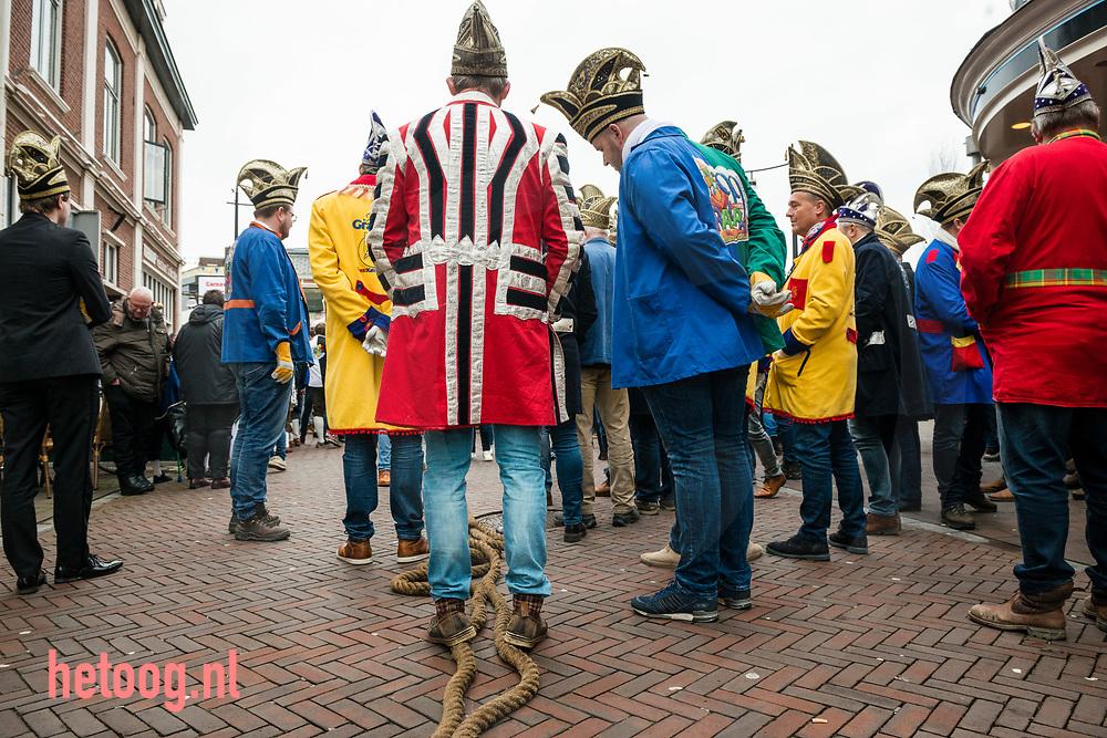 Nederland, Oldenzaal             030feb2018 Traditioneel Touwtrekken tussen Kadolstermennekes en de  Blaanke Boeskeulkes op de Grote Markt in Oldenzaal op zaterdag. Kadolstermennekes werden ingemaakt. Na afloop feest in cafe Bisschop. Fotografie: Cees Elzenga/hetoog.nl CE20180203  Editie: Alle