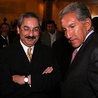 Queretaro, Qro.- Los gobernadores de Nuevo Leon Ruben Martinez y del estado de Mexico Arturo Montiel conversan al termino de la ceremonia inaugural de la I Convencion nacional Hacendaria en la ciudad de Queretaro el 5 de Febrero de 2004. Agencia MVT / Mario Vazquez de la Torre.