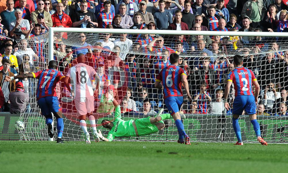 Crystal Palace's Julian Speroni fails to save Manchester United's Juan Mata penalty.  - Photo mandatory by-line: Alex James/JMP - Mobile: 07966 386802 - 09/05/2015 - SPORT - Football - London - Selhurst Park - Crystal Palace v Manchester United - Barclays Premier League