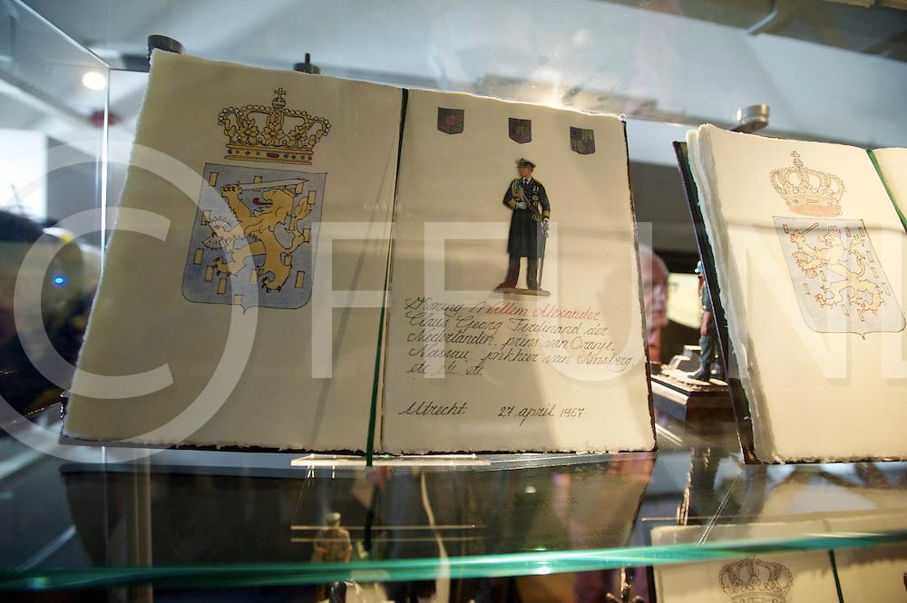 OMMEN - Willem Alexander bij zetten in Tinnen Figuren museum..Foto: boekje met de tinnen fuguur van PWA.FFU PRESS AGENCY COPYRIGHT FRANK UIJLENBROEK.