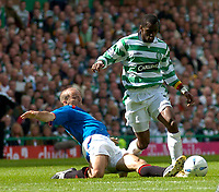 Fotball<br /> Foto: Fotosports/Digitalsport<br /> NORWAY ONLY<br /> <br /> Date: 29/08/2004<br /> <br /> Glasgow Celtic v Glasgow Rangers<br /> <br /> Scottish Premier League<br /> <br /> Rangers' Alex Rae (L) slides in to tackle Henri Camara