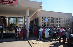 24/10/18 Durban: Abasebenzi basesibhedlela Osindisweni abangaphansi kwe NEHAWU babhikishe kwama ukusebenza esibhedlela bekhala ngo Finance manager ne CEO bethi abahambe, iziguli nabebezogoma izingane basala budengwane phambi kwesango lesibhedlela.<br /> PICTURE: Nqobile Mbonambi/African News Agency(ANA)