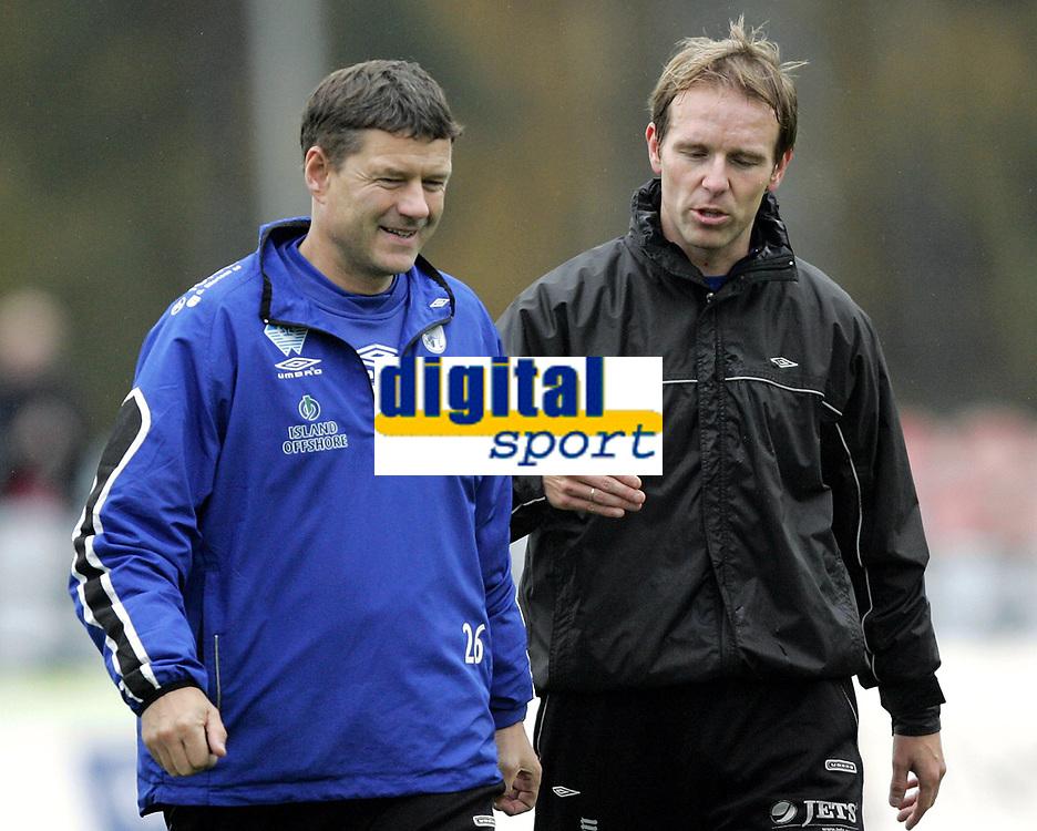 Fotball<br /> Adeccoligaen<br /> 22.10.2006<br /> H&oslash;nefoss v H&oslash;dd 3-0<br /> Foto: Morten Olsen, Digitalsport<br /> <br /> Einar Magne Skeide - assistenttrener H&oslash;dd i samtale med Sindre Eid (th)