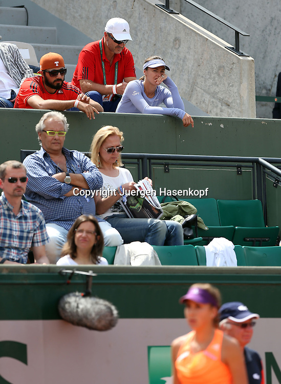 French Open 2014, Roland Garros,Paris,ITF Grand Slam Tennis Tournament,<br /> Ivan Bencic,Vater und Trainer von Belinda Bencic (SUI) und Marina Hingis sitzen auf der Tribuene vorne unscharf auf dem Platz ist Belinda,<br /> Hochformat,