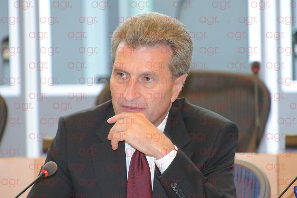 Günther Oettinger è un politico tedesco, Commissario europeo per il bilancio e le risorse umane nella Commissione Juncker dal 1º gennaio 2017. È un esponente dell'Unione Cristiano Democratica e dunque del Partito Popolare Europeo.