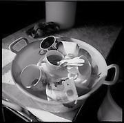Faire la vaiselle à la main, Geschirr waschen. Alpsommer auf Alp Eischoll ob Turtmann, Wallis. Käser Martin Amman verarbeitet auf der Eischoll-Alp der Genossenschaft Turtmann Sommer für Sommer unter einfachsten Bedingungen mehrere Tonnen Milch zu Raclette-käse. © Romano P. Riedo