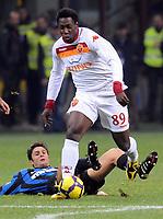 Okaka sfugge  Zanetti<br /> Inter-Roma<br /> Campionato di calcio serie A 2009/2010<br /> Milano, 08.11.2009<br /> Foto Paolo Bona Insidefoto