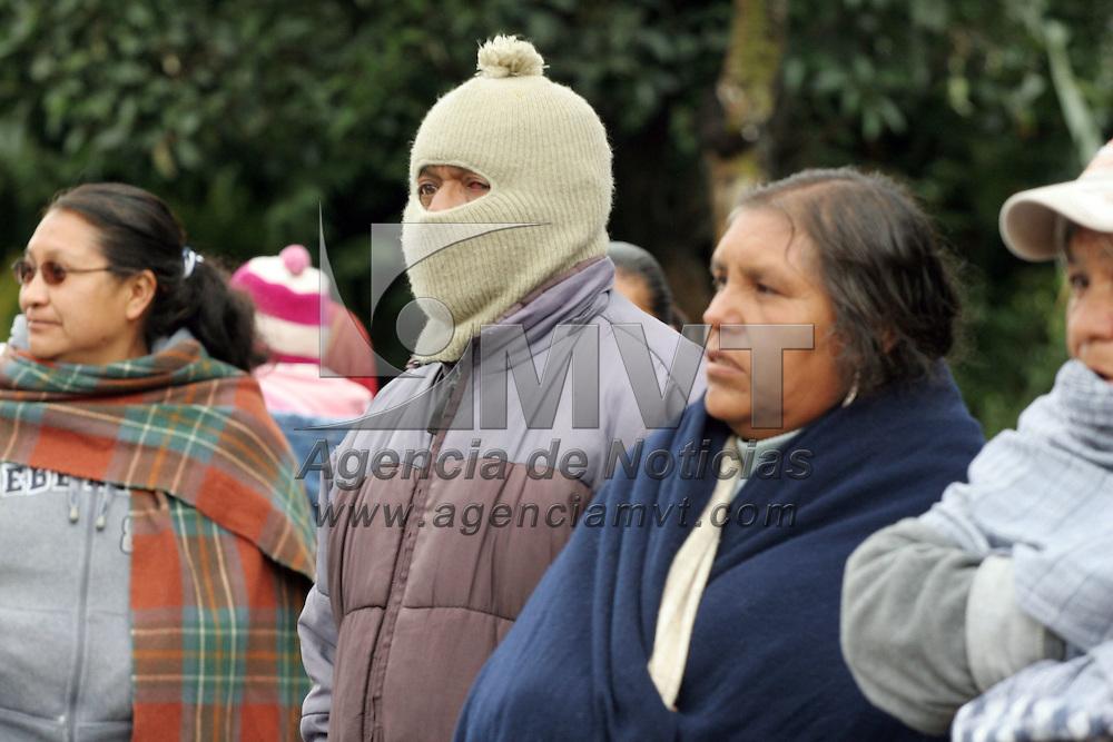 TOLUCA, México.- Debido a las bajas temperaturas que se registran en la capital mexiquense, la gente se abriga para evitar enfermedades respiratorias. Agencia MVT / José Hernández. (DIGITAL)