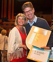 UTRECHT _ Algemene Ledenvergadering Utrecht, van de KNHB. Madeleine Bakker met een vertegenwoordiger van HC Nova, die de bestuurdersprijs ontving. Voor de bestuurderstrofee 2016 zijn acht aanmeldingen ontvangen waarvan drie verenigingen zijn genomineerd, te weten HC Nova, HC Schiedam en USHC. Winnaar van de bestuurderstrofee is HC Nova en ontving naast een schild ook een cheque ter waarde van € 5.000,- voor de vereniging.(Copyright Koen Suyk