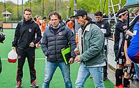 BLOEMENDAAL -  Teleurstelling bij Amsterdam na  Hoofdklasse hockey Bloemendaal-Amsterdam (4-2) . midden coach Jan John van 't Land (Adam) COPYRIGHT KOEN SUYK