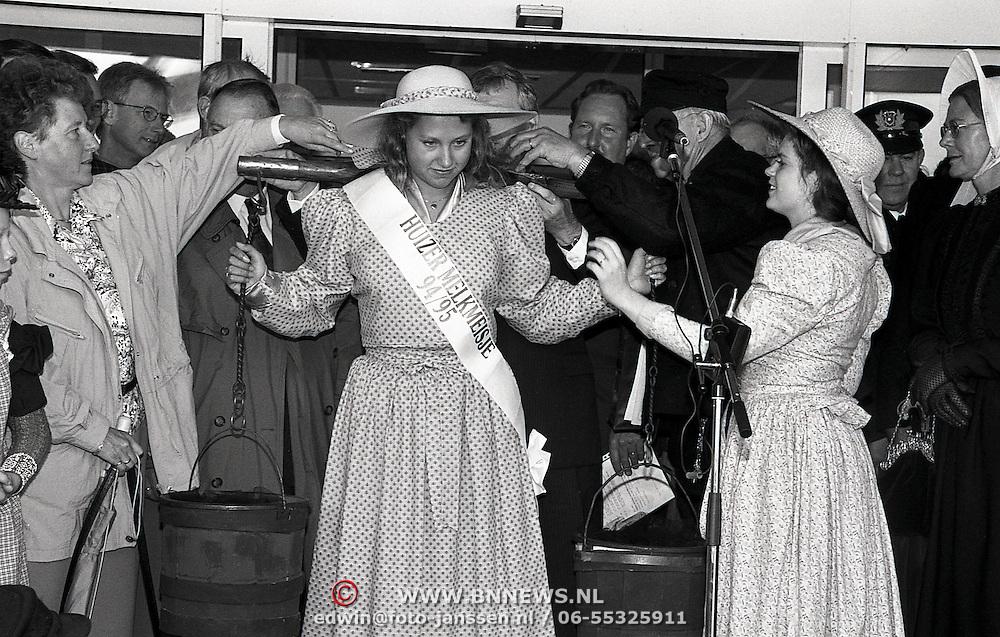NLD/Huizen/19940910 - Kroning nieuw Huizer Meisje Agnes Kruimer