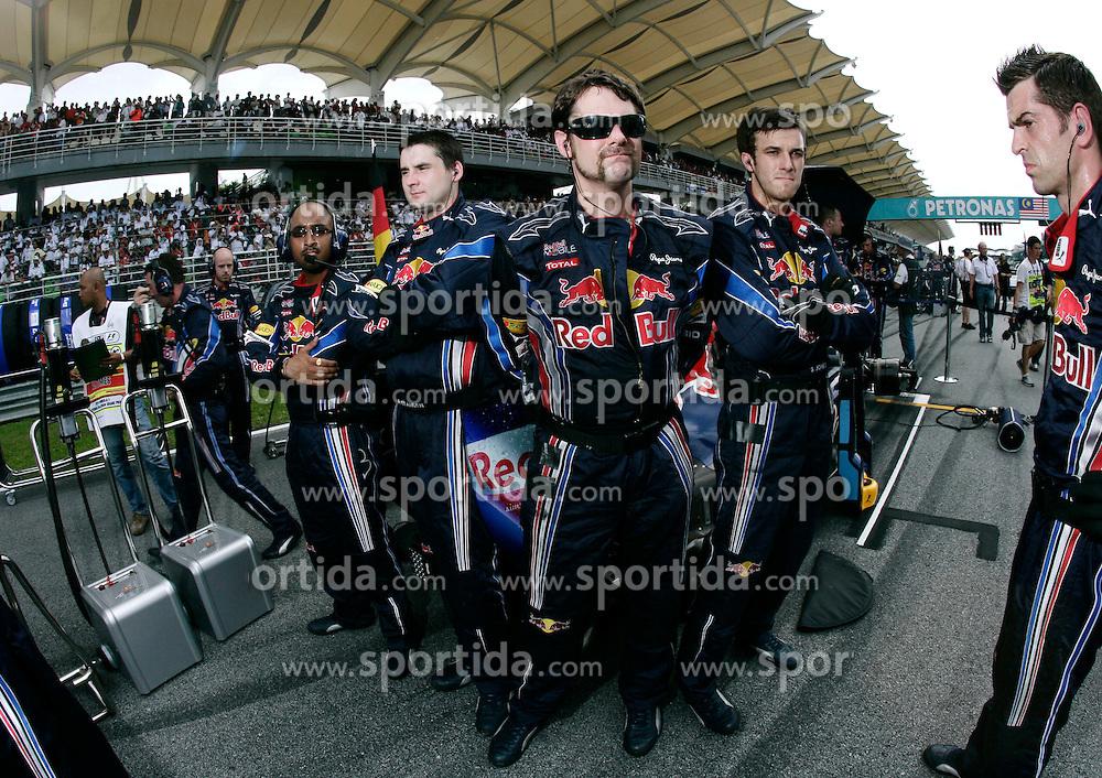 FORMEL 1: GP von Malaysia, Sepang, 03.04.2010<br /> Mechaniker vom Team Red Bull auf dem grid, Illustration<br /> &Atilde;'&Acirc;&copy; pixathlon