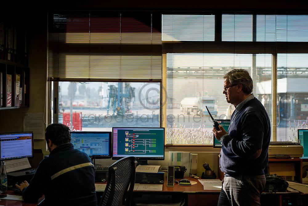 Enrique Ortiz, Jefe de Planta Concón junto a Ignacio Gomez, Jefe de Turno, en el centro de control de la Planta. Copec, 80 años. Concón, Chile. 03-07-15, 16:53:40 (©Alvaro de la Fuente/Triple.cl)