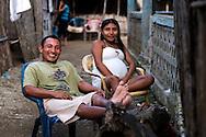 Retrato de Camilo y Lore.  La  isla de Ustupu, perteneciente a la comarca indígena  Guna Yala,  forma parte del archipiélago de 365 islas a lo largo de la costa caribe noreste de Panamá..En Ustupu se genero la  Revolución Guna  en 1925, en la que los indígenas Gunas se defendieron ante las autoridades panameñas, que obligaban a los indígenas a occidentalizar su cultura a la fuerza. los Gunas con el aval del gobierno panameño, crearon un territorio autónomo llamado comarca indígena de Guna Yala, para garantizar la seguridad de la población y cultura Guna..(Ramón Lepage).