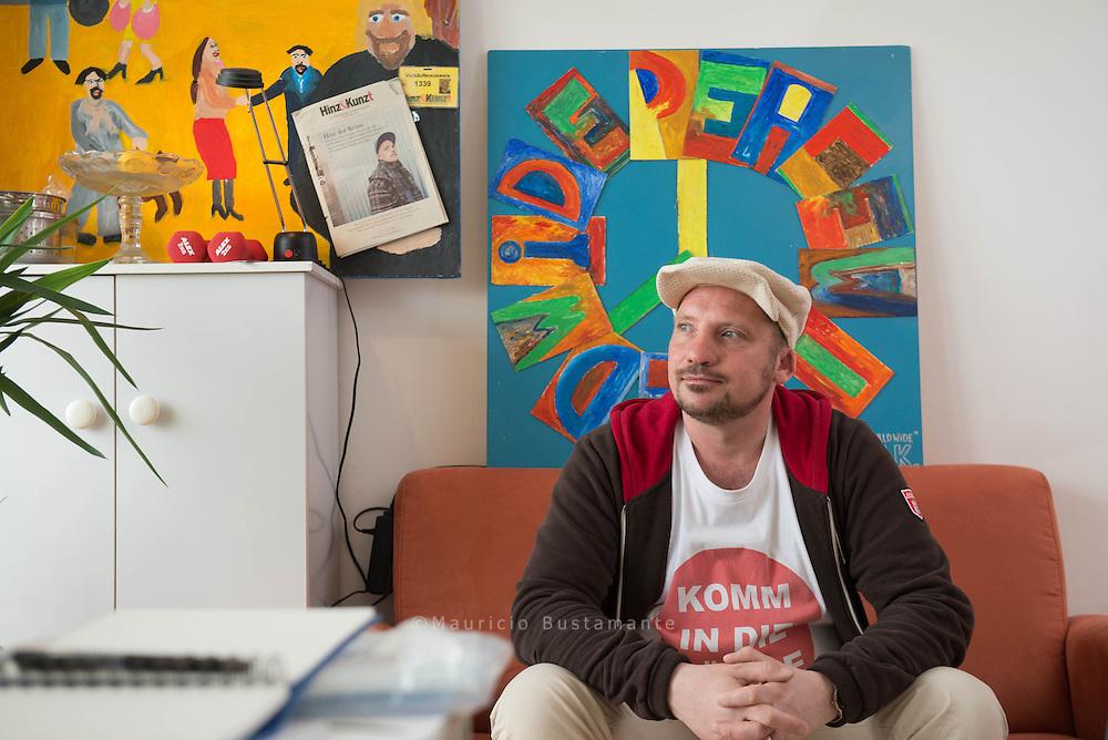 Konstantin Kliesch erfüllt sich einen Traum: Der begeisterte Maler verkaufte lange Zeit Hinz&Kunzt, jetzt stellt er  seine Bilder aus.