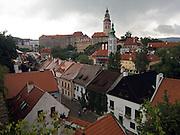 Cesky Krumlov, Krumau/Tschechische Republik, Tschechien, CZE, 25.07.2008: Blick auf die Altstadt und die staatliche Burg sowie das Schloß Cesky Krumlov (Böhmisch Krumau/ Krumau) . Die Hochschätzung dieses Ortes durch inländische und ausländische Experten führte allmählich zur Aufnahme in die höchste Stufe des Denkmalschutzes. Im Jahre 1963 wurde die Stadt zum Stadtdenkmalschutzgebiet erklärt, im Jahre 1989 wurde das Schloßareal zum nationalen Kulturdenkmal erklärt und im Jahre 1992 wurde der ganze historische Komplex ins Verzeichnis der Denkmäler des Kultur- und Naturwelterbes der UNESCO aufgenommen.<br /> <br /> Cesky Krumlov/Czech Republic, CZE, 25.07.2008: View to the oldtown and the castle of Cesky Krumlov, with its architectural standard, cultural tradition, and expanse, ranks among the most important historic sights in the central European region. Building development from the 14th to 19th centuries is well-preserved in the original groundplan layout, material structure, interior installation and architectural detail. Situated on the banks of the Vltava river, the town was built around a 13th-century castle with Gothic, Renaissance and Baroque elements. It is an outstanding example of a small central European medieval town whose architectural heritage has remained intact thanks to its peaceful evolution over more than five centuries.