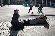Nederland, Rotterdam, 9 maart 2014<br /> Voorjaar op een plein in Rotterdam. Mensen zitten in het zonnetje<br />  <br /> Foto(c): Michiel Wijnbergh