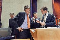 Nederland. Den Haag, 27 oktober 2010.<br /> De Tweede Kamer debatteert over de regeringsverklaring van het kabinet Rutte.<br /> Vlak voor aanvang bellen Mark Rutte, Maxime Verhagen en Jan Kees de Jager met het ministerie van Financien voor uitleg....<br /> Kabinet Rutte, regeringsverklaring, tweede kamer, politiek, democratie. regeerakkoord, gedoogsteun, minderheidskabinet, eerste kabinet Rutte, Rutte1, Rutte I, debat, parlement<br /> Foto Martijn Beekman