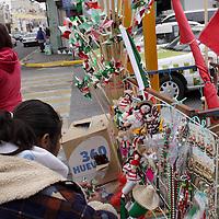 TOLUCA, México.- Los adornos tricolor empiezan a tomar las calle,  previendo la fecha del 15 de septiembre, muñecos, santos, rehiletes, pulseras, aretes entre otros suvenirs se ofrecen a precios accesibles en distintos puntos de la ciudad,  buscando exaltar el orgullo mexicano. Agencia MVT / Crisanta Espinosa. (DIGITAL)