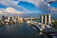 Singapour, Marina Bay, l'hotel Marina Bay Sands, et le Musée des Arts et des Sciences en forme de fleur de lotus //Singapore, Marina Bay, Marina Bay Sands hotel, the arts and Sciences Museum built like a lotus flower