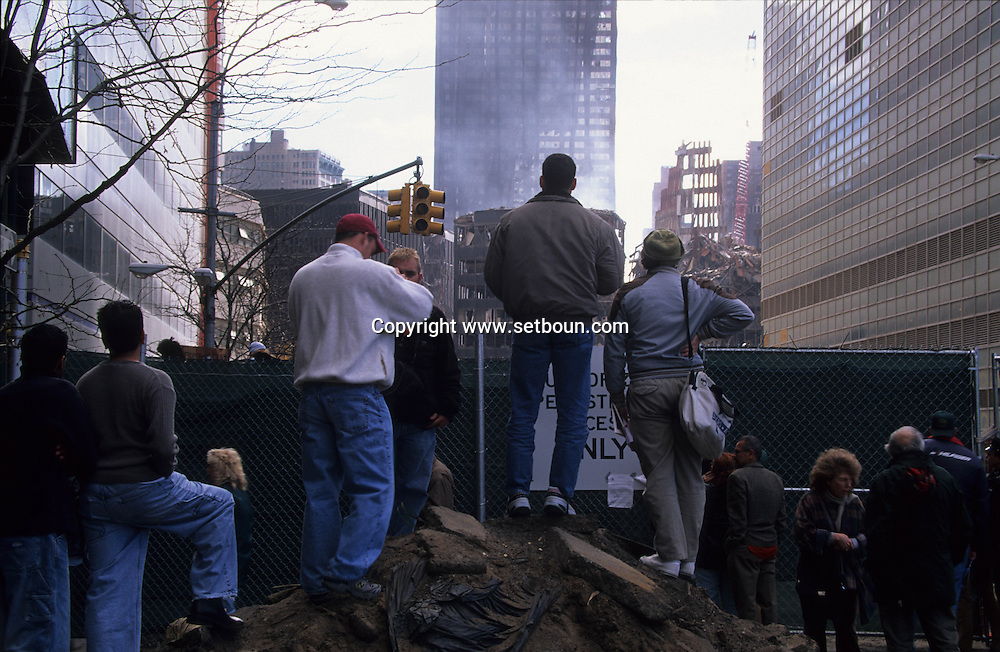 New York.  the crowd watching the ruins of the world trade center after the terrorist attack  in Manhattan  New york /   la foule regarde fascine les ruines des tours du World trade enter après l'attaque terroriste sur  Manhattan