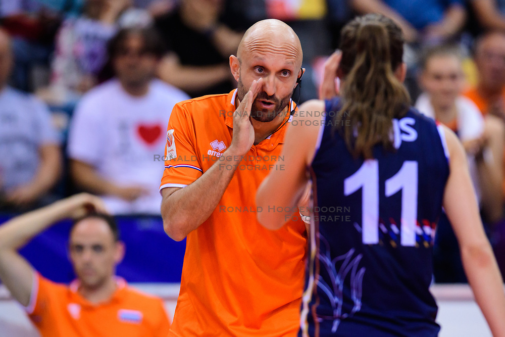 12.06.2018, Porsche Arena, Stuttgart<br /> Volleyball, Volleyball Nations League, Türkei / Tuerkei vs. Niederlande<br /> <br /> Jamie Morrison (Trainer NED), Anne Buijs (#11 NED)<br /> <br /> Foto: Conny Kurth / www.kurth-media.de