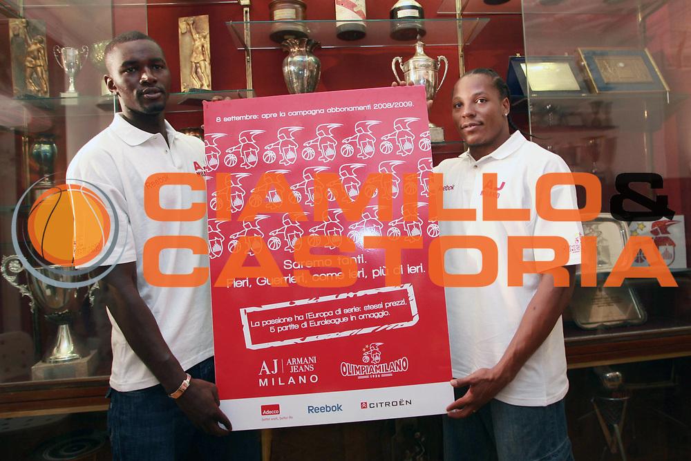 DESCRIZIONE : Milano Lega A1 2008-09 David Hawkins Pape Sow alla Armani Jeans Milano <br /> GIOCATORE : Pape Sow David Hawkins<br /> SQUADRA : Armani Jeans Milano <br /> EVENTO : Campionato Lega A1 2008-2009 <br /> GARA : <br /> DATA : 03/09/2008 <br /> CATEGORIA : Ritratto<br /> SPORT : Pallacanestro <br /> AUTORE : Agenzia Ciamillo-Castoria/S.Ceretti <br /> Galleria : Lega Basket A1 2008-2009 <br /> Fotonotizia : Milano Campionato Italiano Lega A1 2008-2009  David Hawkins Pape Sow alla Armani Jeans Milano <br /> Predefinita :