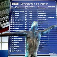 Nederland, Utrecht , 1 oktober 2009..Vanaf 20 december 2009 gaat de nieuwe dienstregeling in. .ProRail en de NS gaan in dit verband nauwer met elkaar samenwerken.Op de afdeling planning zien we Laura Suijkens aan het werk..Op de foto op het perron bevinden zich schermen met vertrektijden..The new Dutch Railways timetable will be launched on 20 december 2009. Prorail and Dutch Railways will collaborate more.