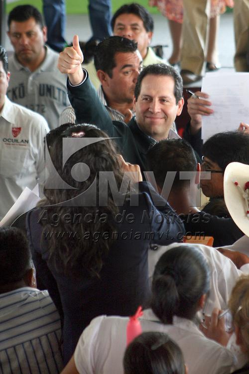 Ocuilan, Mexico.- Eruviel Avila Villegas, gobernador del Estado de Mexico, durante su gira de trabajo en este municipio de los primeros 100 dias de gobierno. Agencia MVT / Jose Hernandez. (DIGITAL)