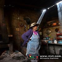 Toluca, MÈxico (Enero 17, 2018).- Los pobladores de RaÌces sufren los estragos del frÌo y para poder conservar el calor en sus cabaÒas queman leÒa en los fogones que sirven tambiÈn para preparar sus alimentos.  Agencia MVT / Crisanta Espinosa.