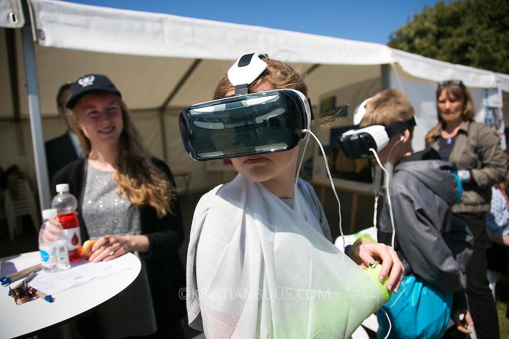 Live FN's telt. Med virtuelle briller og lyd kan man besøge en dansk flygtningelejr og opleve livet og dagligdagen. Folkemøde 2015 i Allinge på Bornholm.