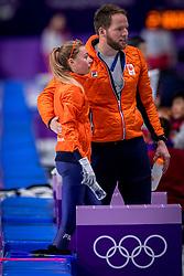16-02-2018 KOR: Olympic Games day 7, PyeongChang<br /> 5000 meter schaatsen vrouwen / Met een sensationele race heeft Esmee Visser de olympische titel veroverd op de vijf kilometer. Coach Remmelt Elderink neemt haar mee van de baan naar haar prachtige rit