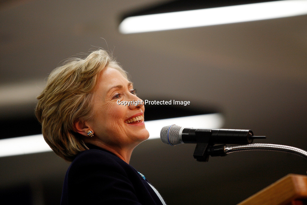 U.S. Democratic Presidential candidate Senator Hillary Clinton (D-NY) speaks during a campaign stop in Des Moines, Iowa December 19, 2007. REUTERS/Keith Bedford (UNITED STATES)