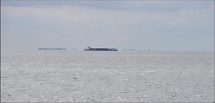 Nederland, the Netherlands, Urk, 9-5-2017 Een binnenvaartschip geladen met containers vaart richting afsluitdijk over het IJsselmeer. FOTO: FLIP FRANSSEN