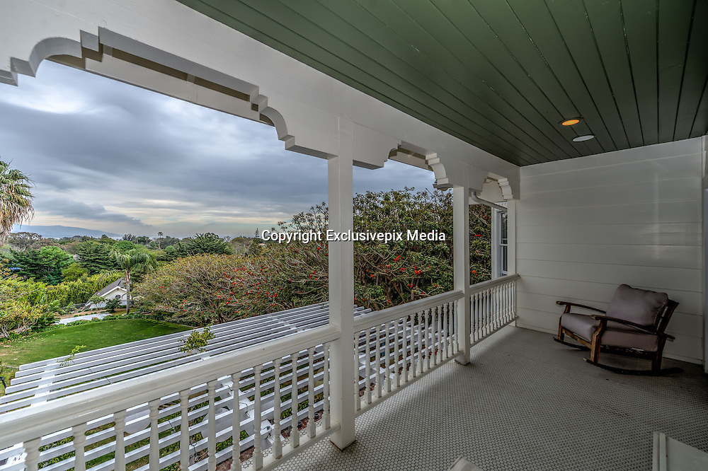Chris Hemsworth Malibu estate for US$6.5 million - Home fit for a god!<br />  <br /> The Australian star of the Thor movies, Chris Hemsworth, is selling his Malibu home for US$6.5 million - and it really is a home fit for a god!<br /> <br /> The whitewashed 5 bedroom, 6 bathroom home boasts ocean views and is located in the upmarket Point Dume area.<br /> <br /> The sprawling home features balconies and verandas along its entire ocean side, and inside there is a grand gourmet kitchen. The upstairs master suite features its own private veranda, a sitting area and two walk-in closets.<br /> <br /> The 630 sq.m home, which Chris and his wife Elsa Pataky purchased from fellow Aussie Paul Hogan (Crocodile Dundee), also features a gym, a guest house and a three car garage.<br /> ©Exclusivepix Media