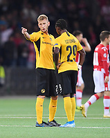 FUSSBALL CHAMPIONS LEAGUE  SAISON 2019/2020  Play Off Hinspiel in Bern BSC Young Boys Bern - Roter Stern Belgrad       21.08.2019 Fabian Lustenberger (li, BSC Young Boys Bern) mit Jordan Lotomba (re, BSC Young Boys Bern)