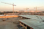 ABU DHABI, EMIRATS ARABES UNIS - 19 JANVIER 2016: Une extension de parking et un hôtel sont en construction a Masdar City.