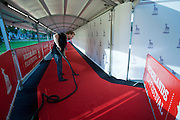 Een medewerker van het Nederlands Film Festival stofzuigt de rode loper.<br /> <br /> A man is cleaning the red carpet at the Nederlands Film Festival